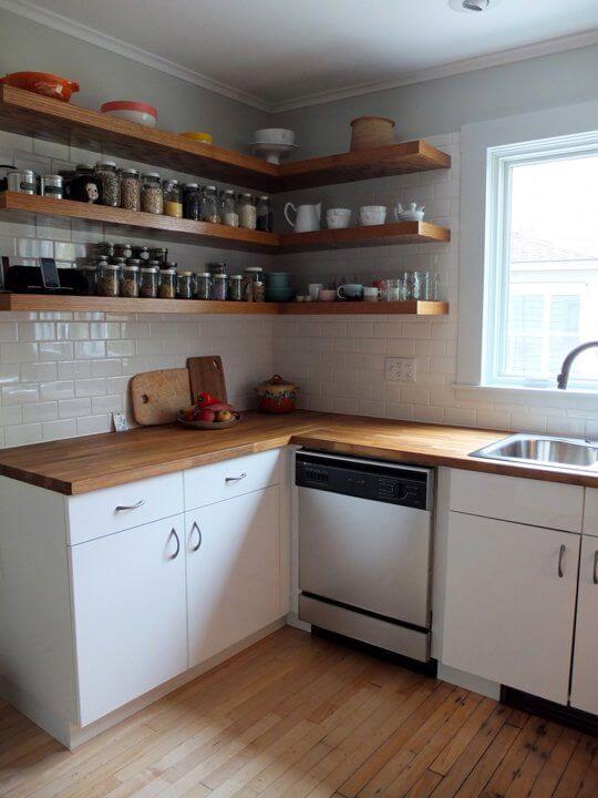 Dapur Sederhana dengan Dekorasi Rak Dinding Ambalan