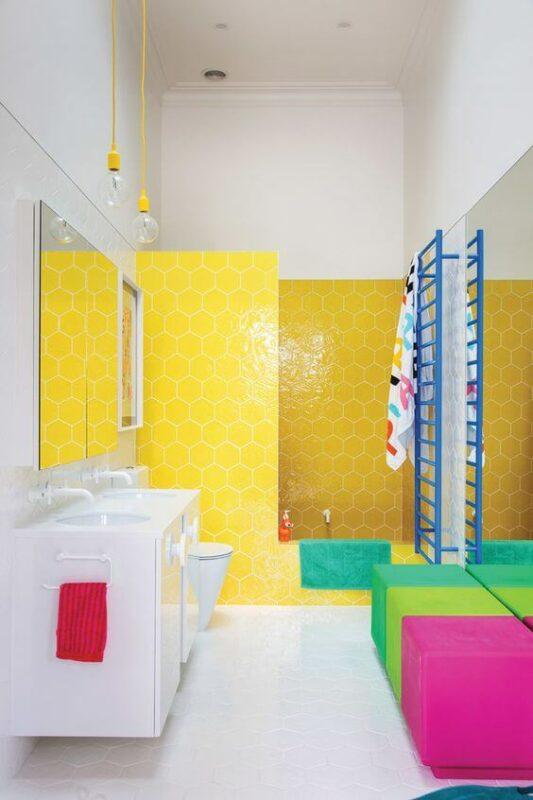 Warna Kuning yang Begitu Menyala di Kamar Mandi Minimalis