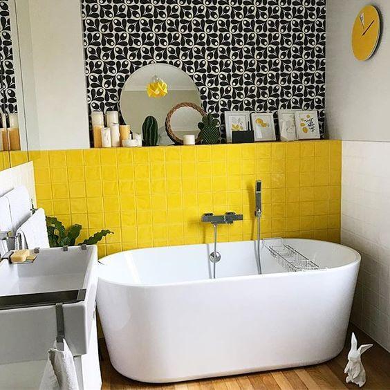 Warna Kuning di Dalam Model Kamar Mandi Minimalis memang Menyala