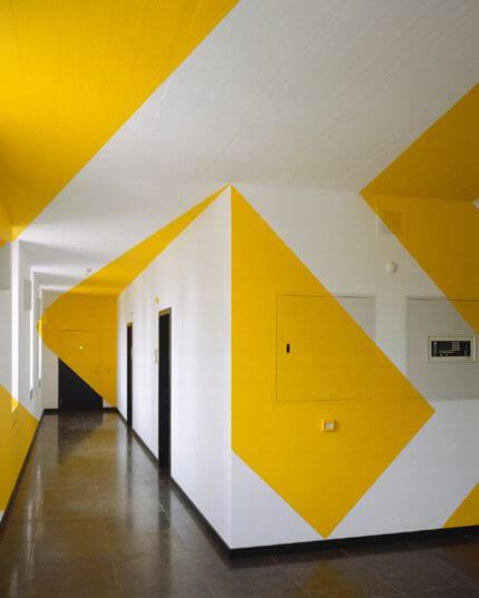 Cat Dinding Motif Geometris Warna Kuning dan Putih