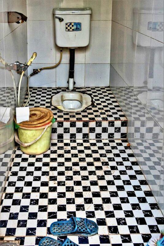 Desain kamar mandi minimalis sederhana dengan kloset model jongkok