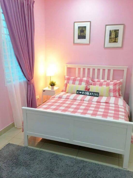 Dekorasi Kamar Tidur Sempit pink sprei kotak